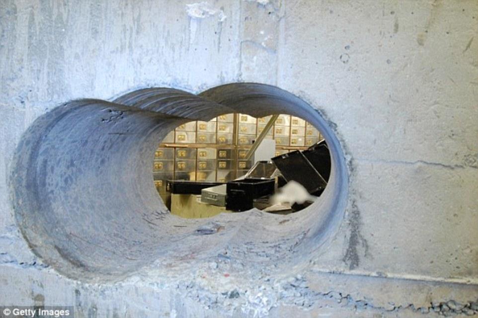 3 lubang ditebuk pada dinding berketebalan 50 sentimeter