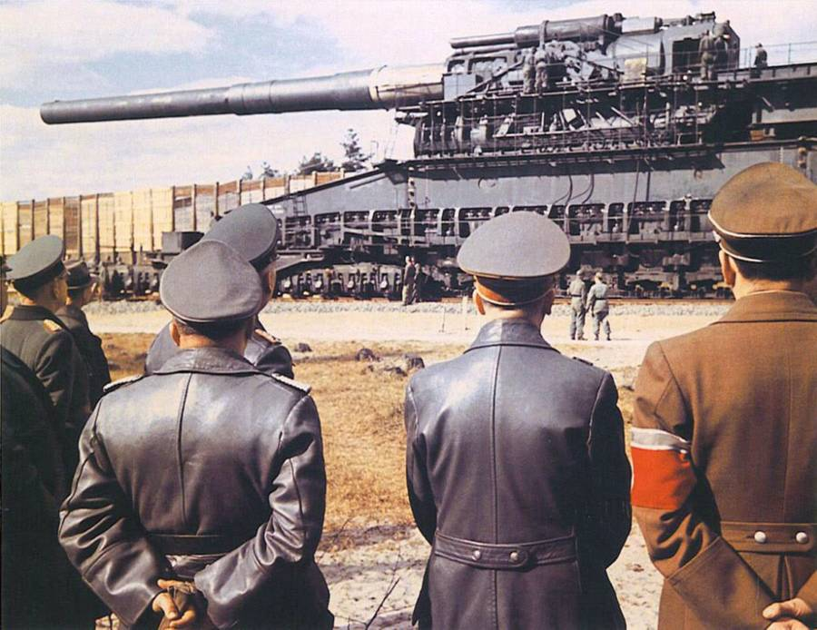 adolf hitler dan pegawai nazi melihat great gustav