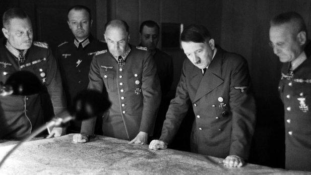 adolf hitler sedang meneliti peta untuk merancang serangan