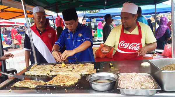 ahmad maslan membantu memasak di bazaar ramadhan 685
