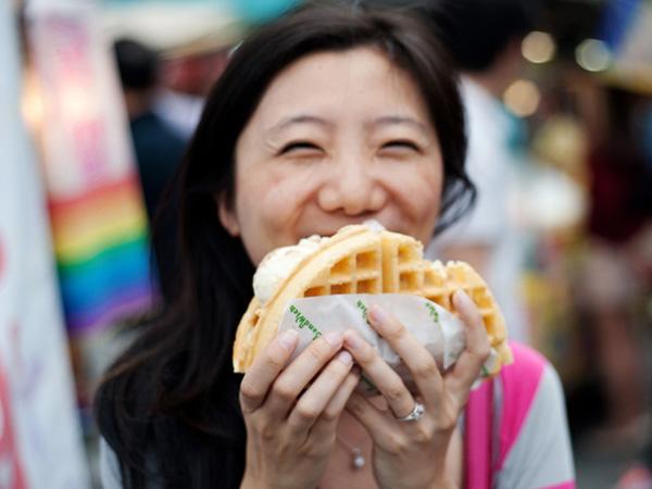 aiskrim dan waffle makanan manis tanpa khasiat