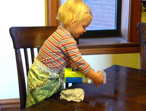 ajar anak membersihkan meja selepas makan