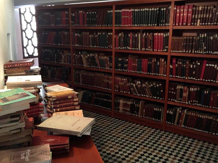 antara buku dan manuskrip yang terdapat di perpustakaan al qarawiyyin tertua di dunia