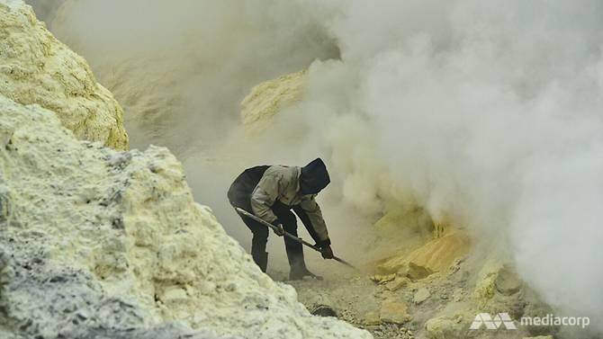 asap sulfur yang menyukarkan pekerjaan mereka
