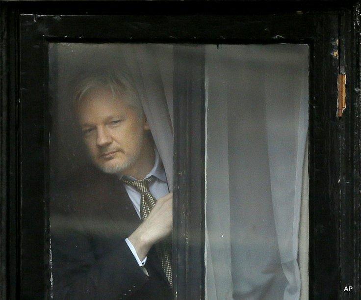 assange menghendap dari tingkap