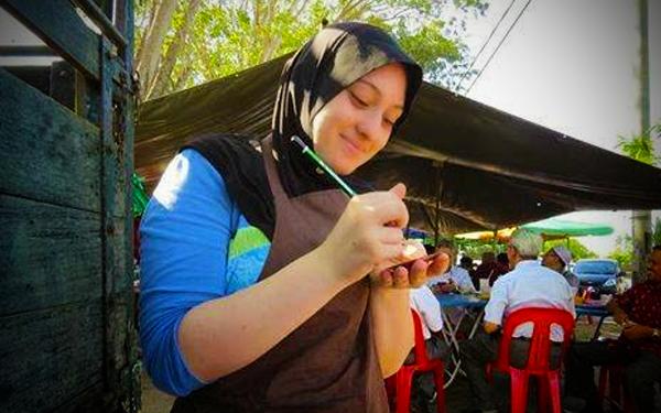 awek itali belajar buat roti canai di gerai malaysia