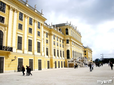 backside of schoonbrunn palace