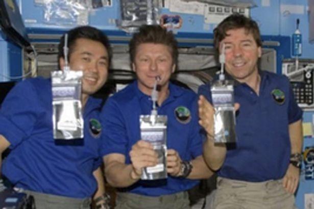 bagaimana cara angkasawan makan di angkasa lepas 01