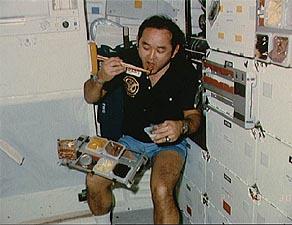 bagaimana cara angkasawan makan di angkasa lepas 2
