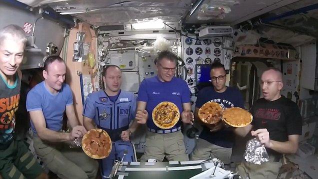 bagaimana cara angkasawan makan di angkasa lepas 3
