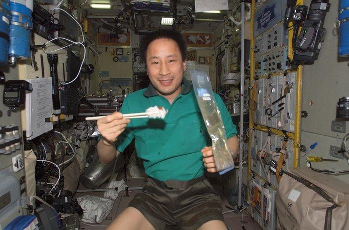 bagaimana cara angkasawan makan di angkasa lepas 7