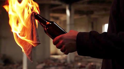 bakar rumah orang
