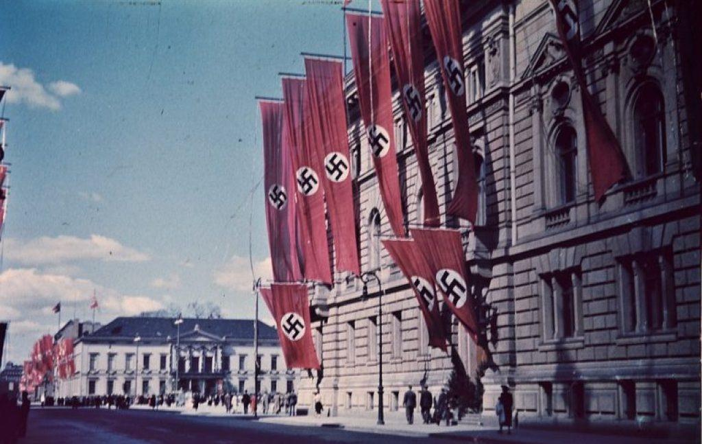 bangunan lama dipasang bendera nazi