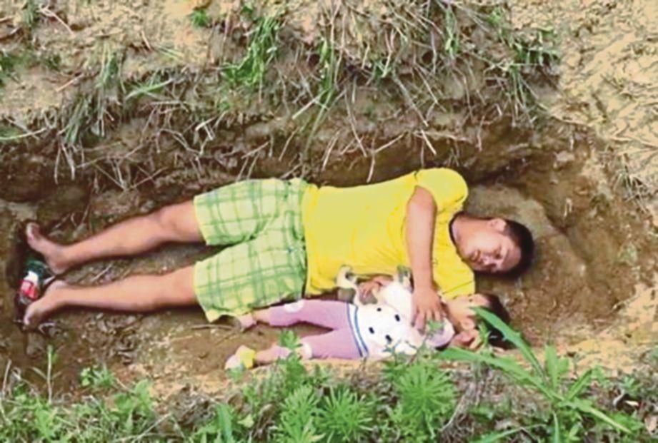 bapa bawa anak yang sakit ke kubur