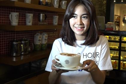 barista cantik minum kopi panjangkan usia