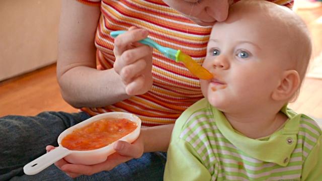 bayi terganggu dengan skrin telefon atau tv menyebabkan mereka kurang fokus