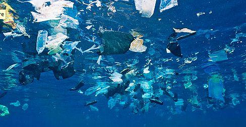 beg plastik dalam lautan