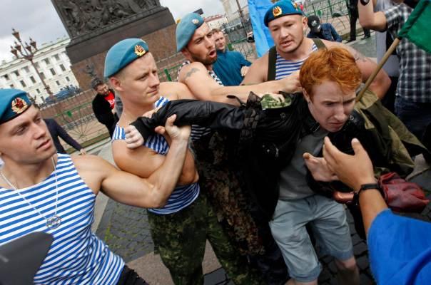 bekas tentera rusia menangkap aktivis lgbt