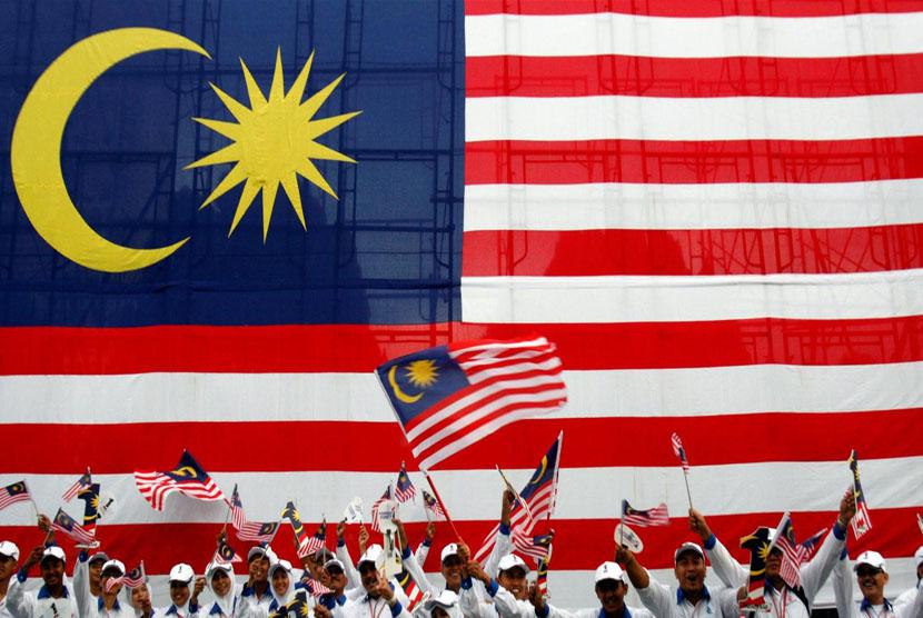 bendera malaysia gergasi di pasang