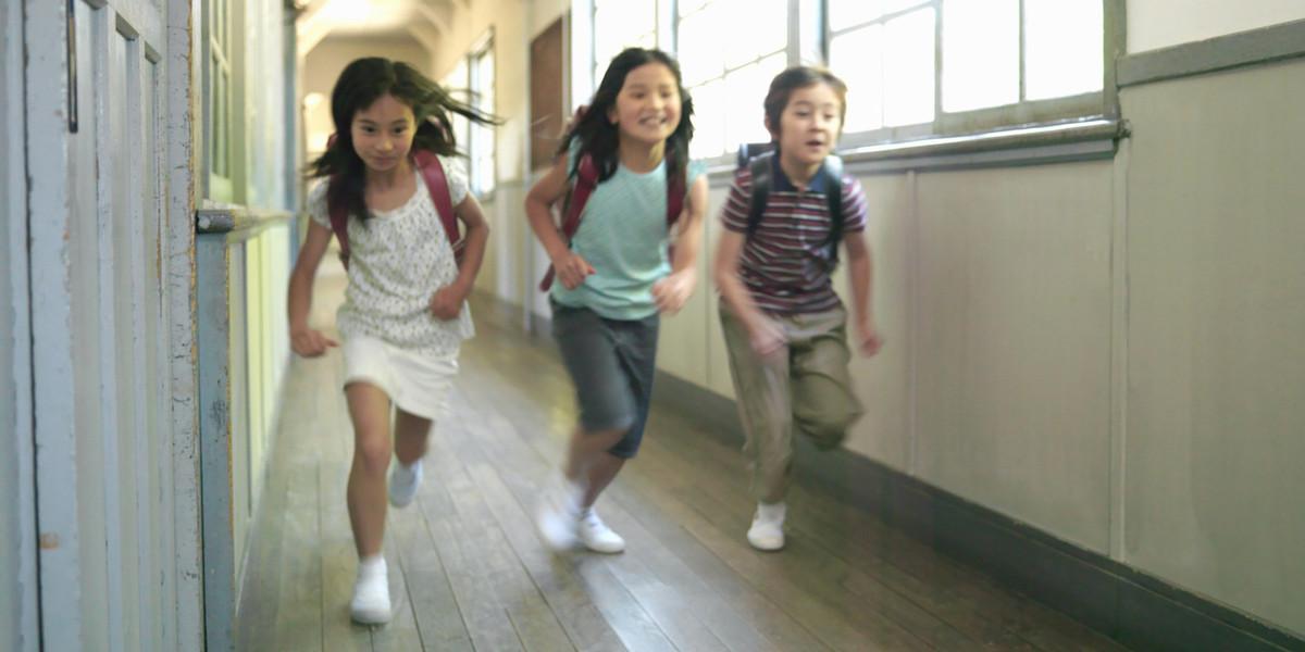 berlari di koridor sekolah rendah di jepun