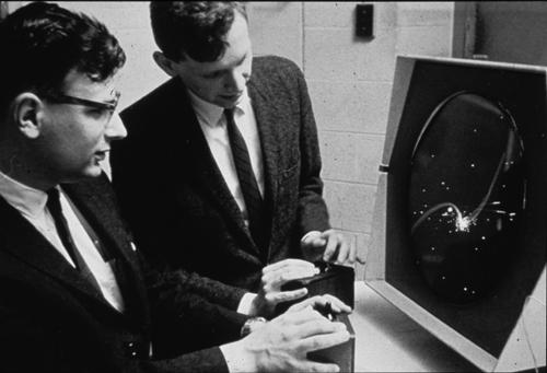 bermain permainan spacewar menggunakan cathode ray tube amusement device