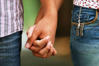 berpegangan tangan bukan muhrim