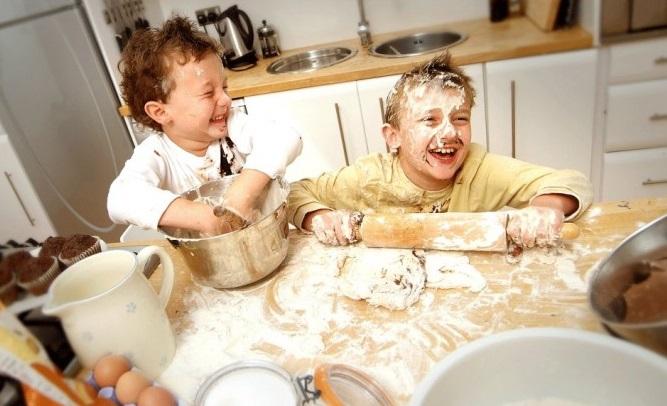 biarlah anak anda buat sepah di dapur supaya anda boleh bakar lebih kalori untuk membersihkan dapur 714