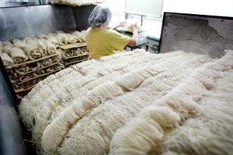 bihun yang diperbuat menggunakan bijirin berkulat dan busuk dan bahan kimia terlarang