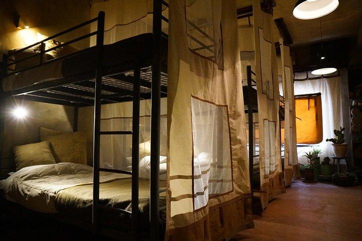 bilik bajet di hotel banksy dengan suasana kem askar
