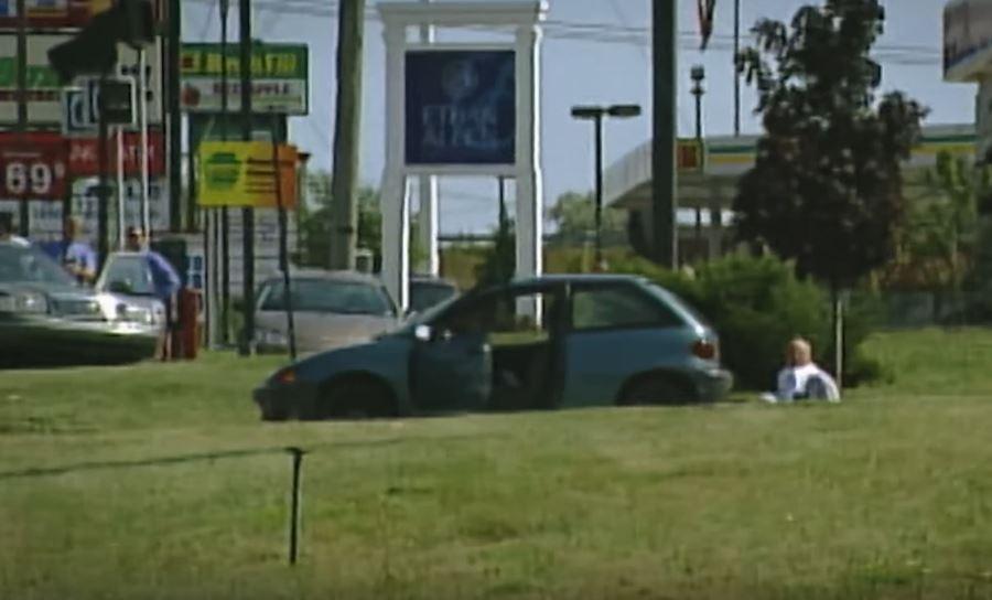 brian wells duduk di lot parkir selepas rompakan 2 954