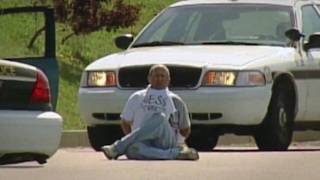 brian wells duduk di lot parkir selepas rompakan