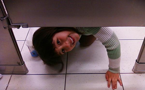 budak intai bawah tandas partisyen