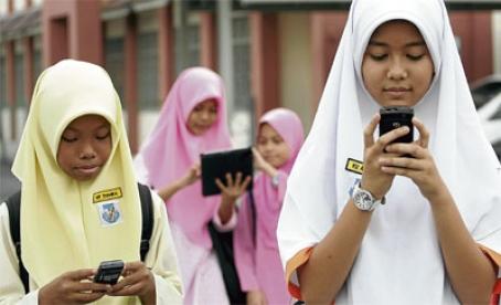 budak sekolah bermain handphone mengawal psikologi masyarakat 2