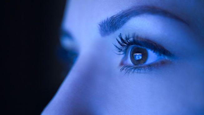 cahaya biru rosakkan mata
