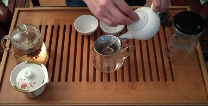 cara menuang minuman yang betul