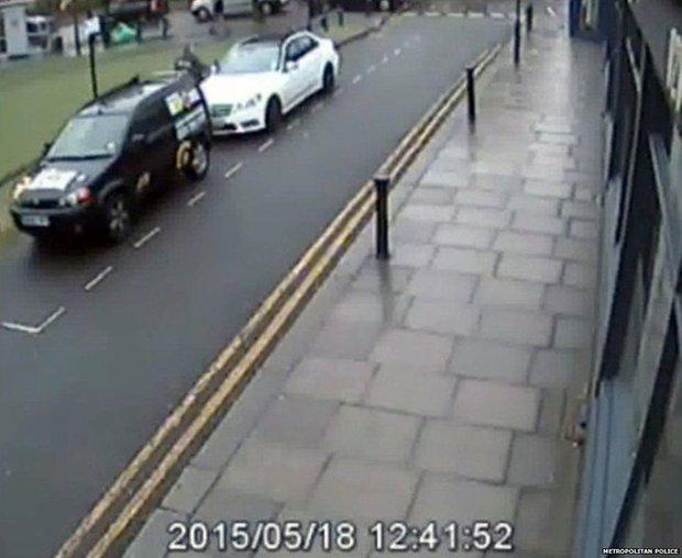 cctv menunjukkan kereta kenny collins diparkir di tepi jalan ketika membeli gerudi kedua
