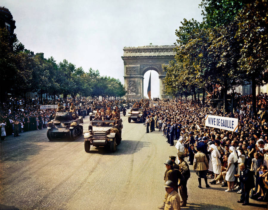 champs elysees di paris pada tahun 1944