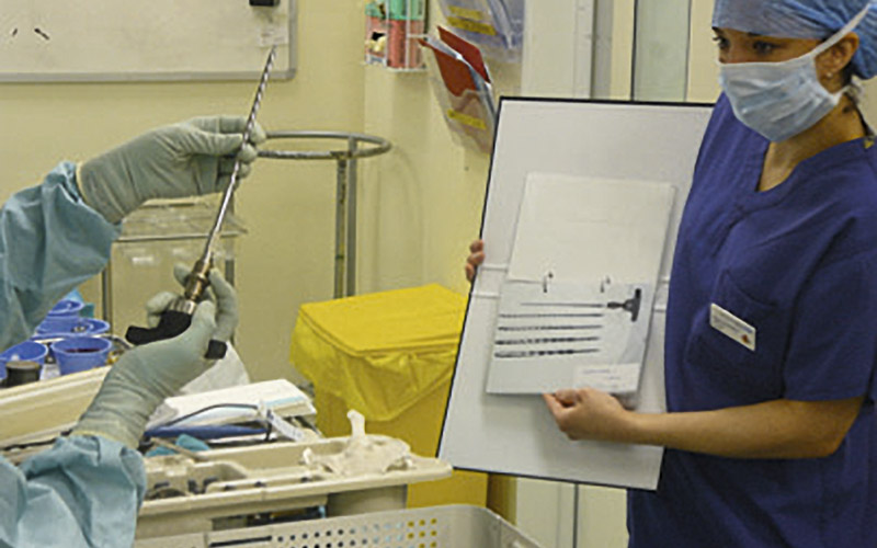 circulating nurse bantu pembedahan