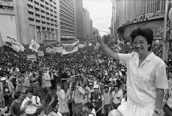 corazon aquino pemimpin wanita negara pertama