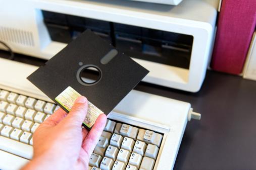 cpu komputer dipasang dengan reader untuk disket