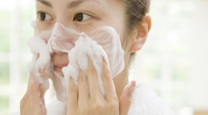 cuci muka dengan bersih untuk atasi jerawat