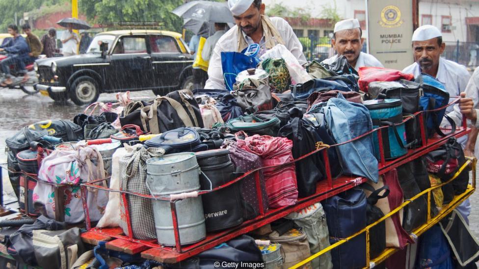 dabbawala membawa bekal makanan