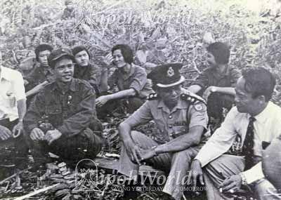 datuk leong chee woh sedang berunding dengan pengganas komunis 462