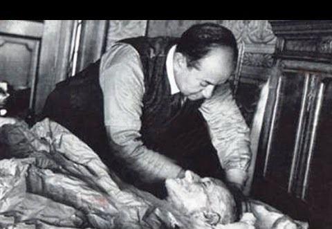 doktor memeriksa mayat araturk