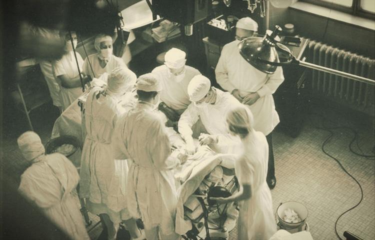 doktor sedang melakukan pembedahan