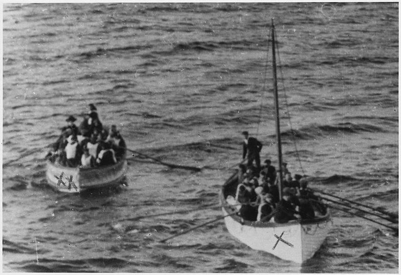 dua bot penyelamat yang dipenuhi mangsa yang terselamat menghala ke kapal penyelamat