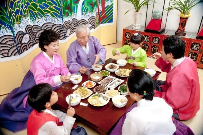 etika makan di korea selatan sangat menghormati orang tua