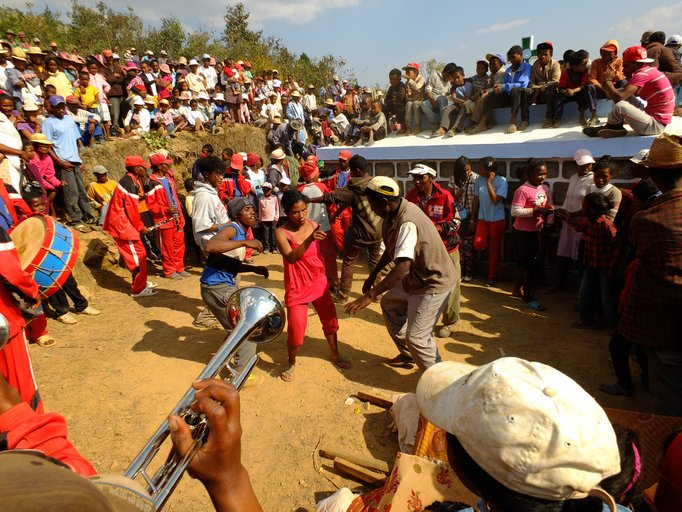 famaidhana ritual menari bersama mayat