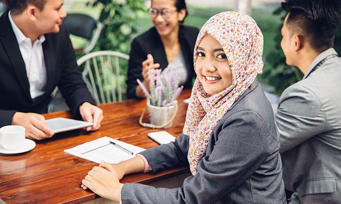 gadis comel pekerja muda