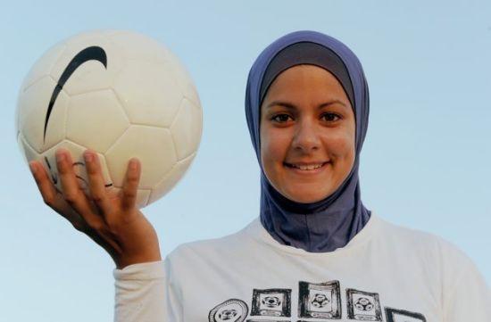 gadis comel pemain bola sepak